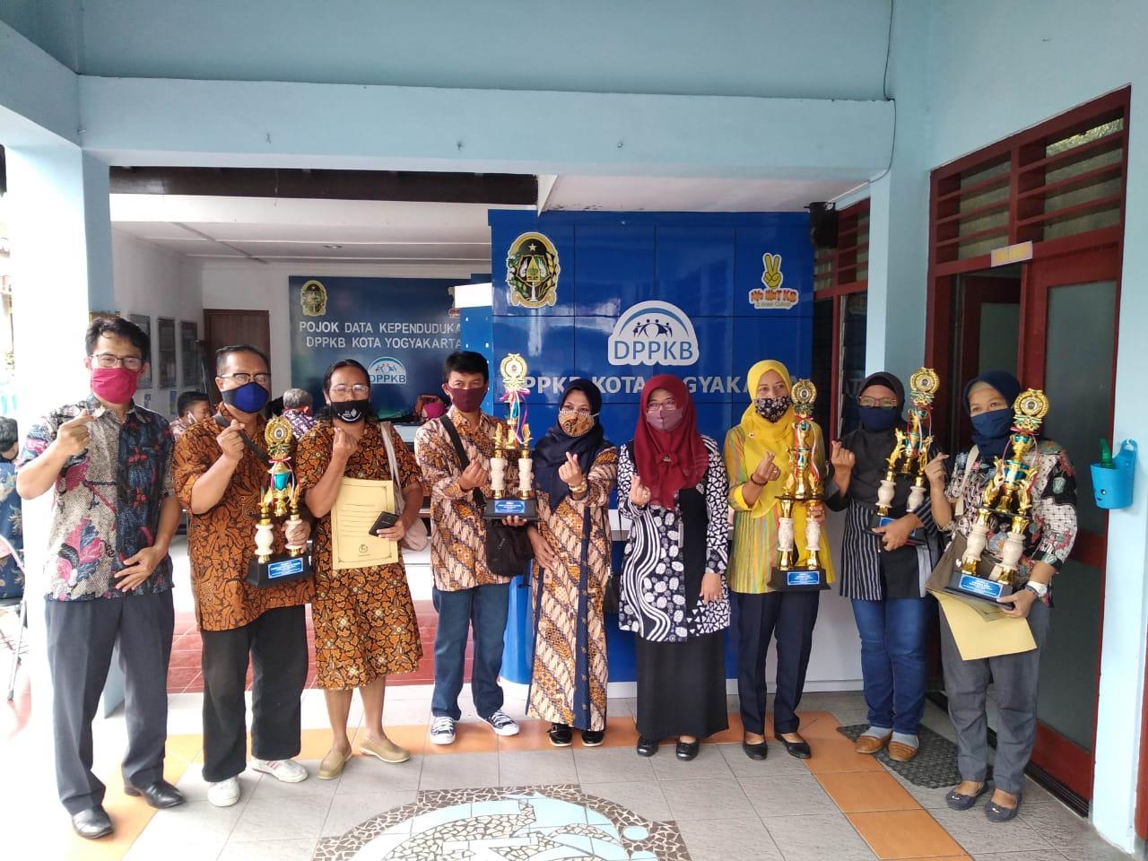 Penyerahan Hadiah Kejuaraan Pada Lomba Kegiatan Pelayanan Keluarga Berencana DPPKB Kota Yogyakarta