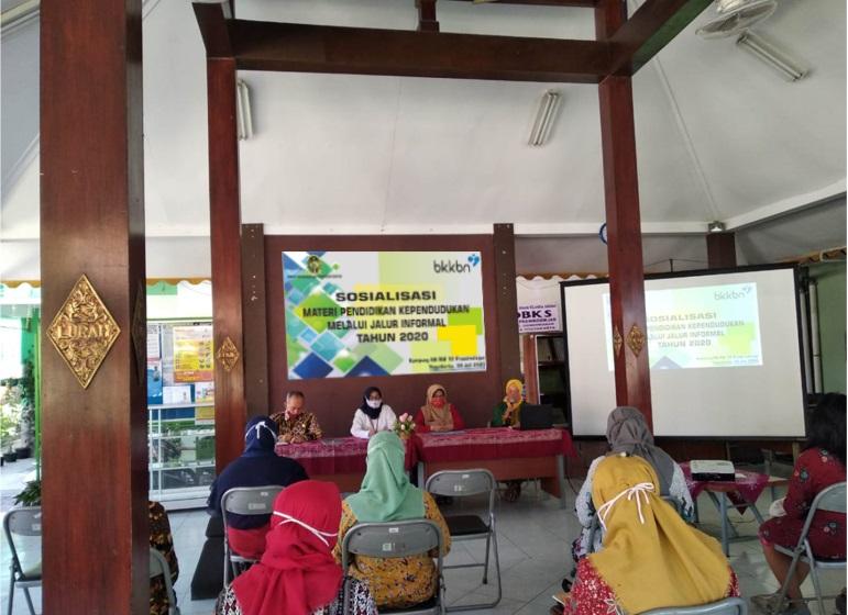 Sosialisasi Materi Pendidikan Kependudukan Melalui Jalur Informal di Kampung KB RW 12 Prawirodirjan